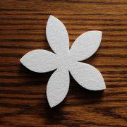 ozdoba do aranżacji pomieszczeń - styropianowy kwiatek
