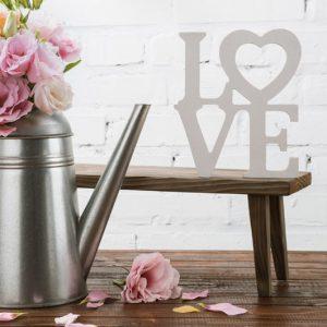 dekoracje na wesela i napis styropianowy love