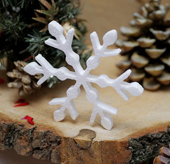 śnieżynki ze styropianu na Boże Narodzenie