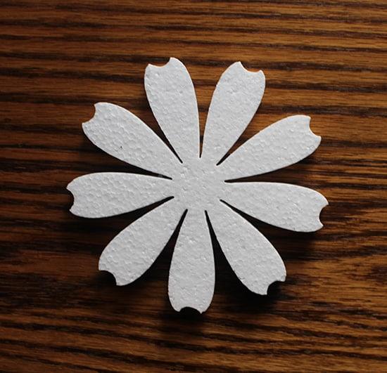 ozdoba styropianowa w kształcie płatka kwiatu