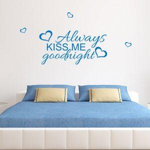 naklejka do sypialni na ścianę z napisem kiss me